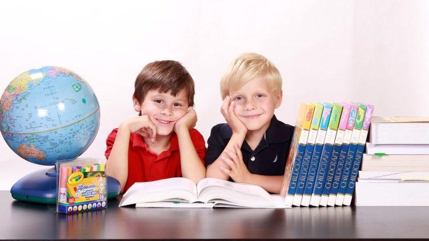 Piccoli scolari pronti a imparare