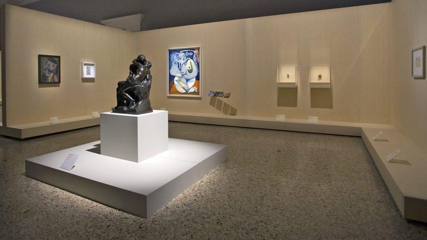 Picasso Metamorfosi, allestimento sezione Il bacio, con L'abbraccio di Picasso e Il bacio di Rodin