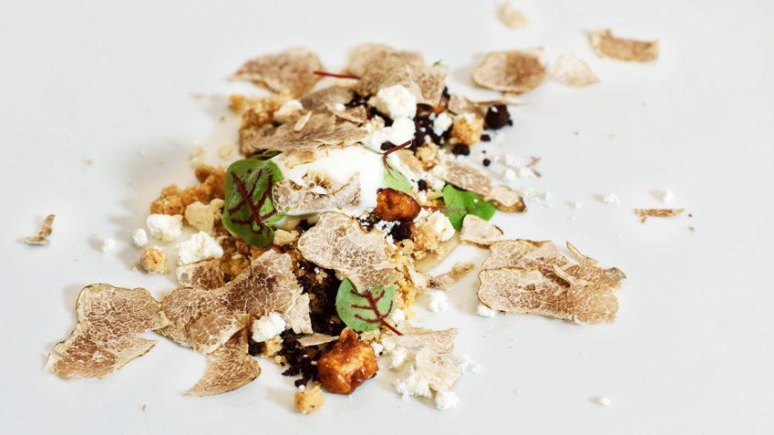 Croccante alle nocciole con gelato di ricotta di pecora e tartufo bianco d'Alba