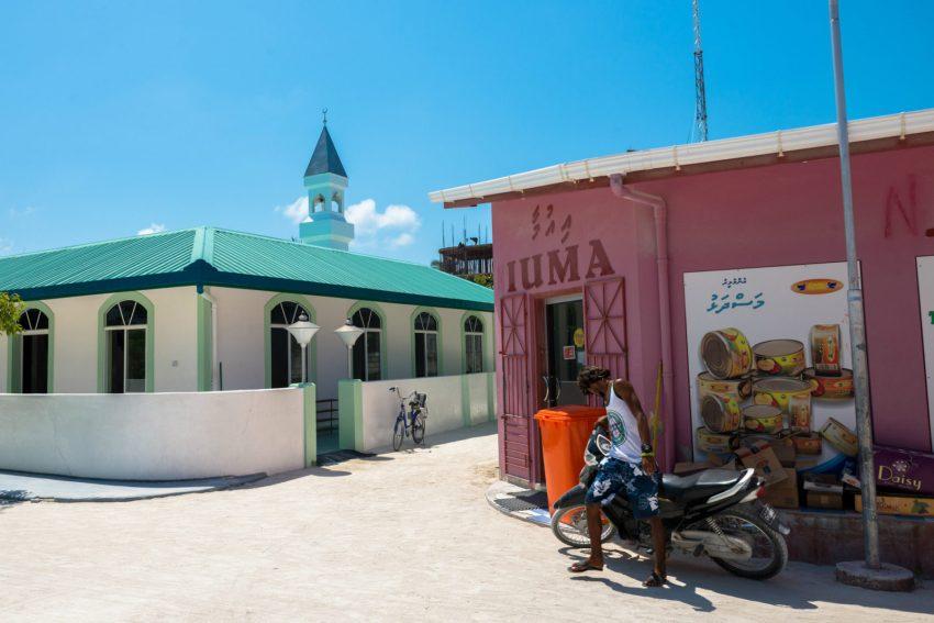 La moschea Masjidhul Faarooq e il mercato locale a Maafushi, alle Maldive