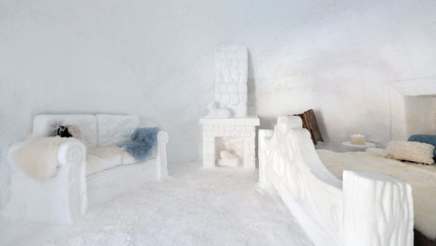 Scorcio interno degli chalet di neve creati dall'artista Vania Cusini