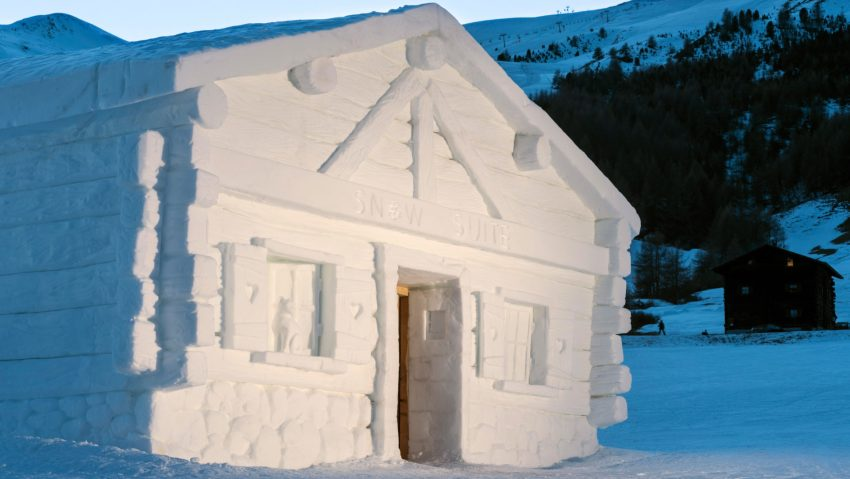 Le casette realizzate completamente di neve e ghiaccio dall'artista Vania Cusini
