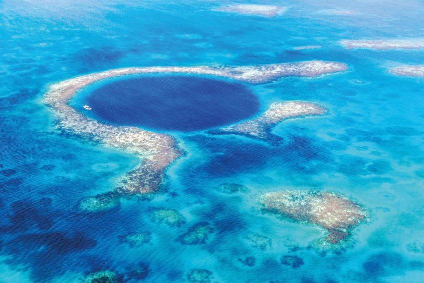 Lo straordinario Blue Hole, una voragine profonda 124 m molto ambita dai sub