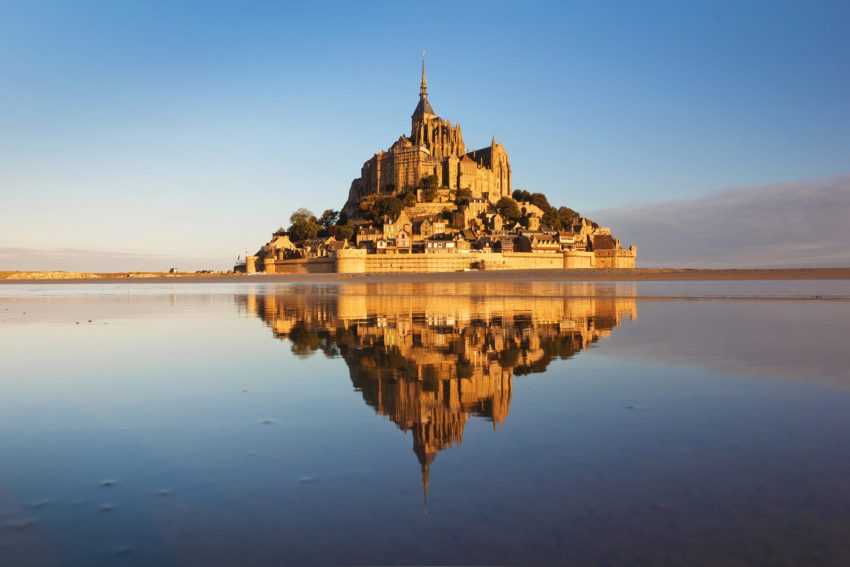 In Normandia, l'isolotto di Mont Saint Michel con la sua abbazia