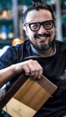 Lo chef romano sorride sempre sul lavoro