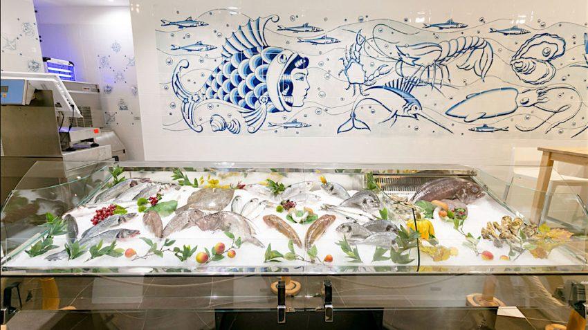 Itti&Co è un ristorante ma anche una pescheria con tanto di banco e il pesce scelto lo si può consumare direttamente al tavolo o tra le mura di casa