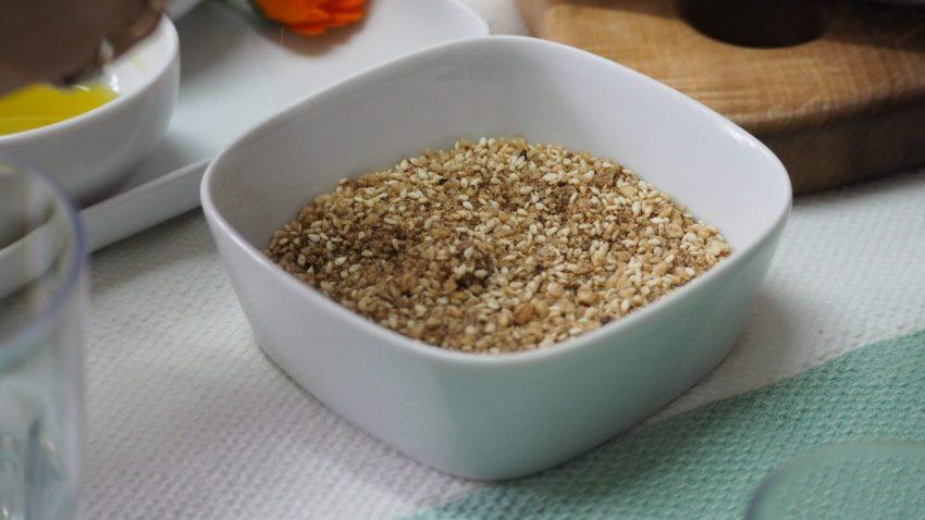 Si intinge il pane prima in olio poi nel dukkah, miscela di erbe e spezie