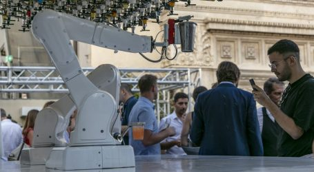 Sulla terrazza del TownHouse Hotel i cocktail li prepara un robot
