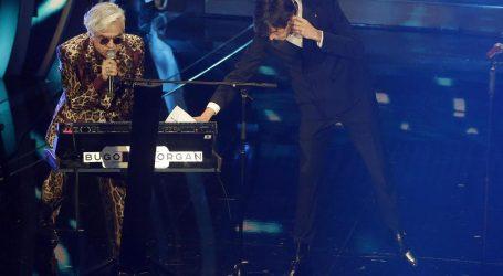 Bugo lascia il palco di Sanremo 2020 durante l'esibizione