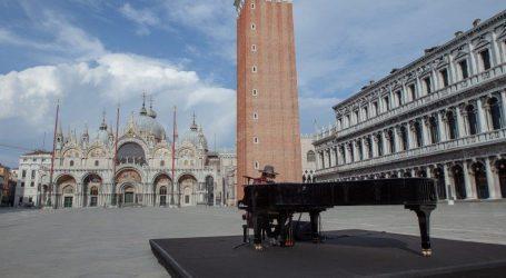 Zucchero si esibisce a Venezia in una deserta piazza San Marco