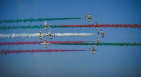 Le frecce tricolori sorvolano il cielo di Milano