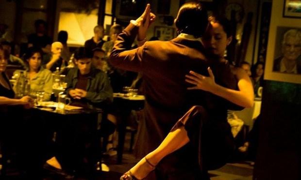 """Non è una milonga, ma si balla, si cena. E si canta. Una notte in un """"Bar notable"""" di Buenos Aires."""