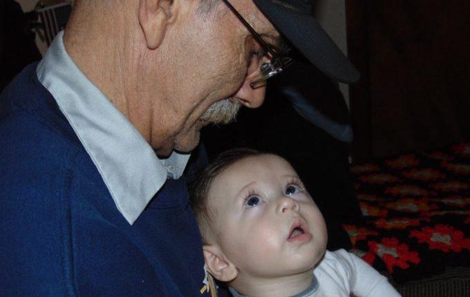 Warum weint mein Baby - Opa mit Enkel