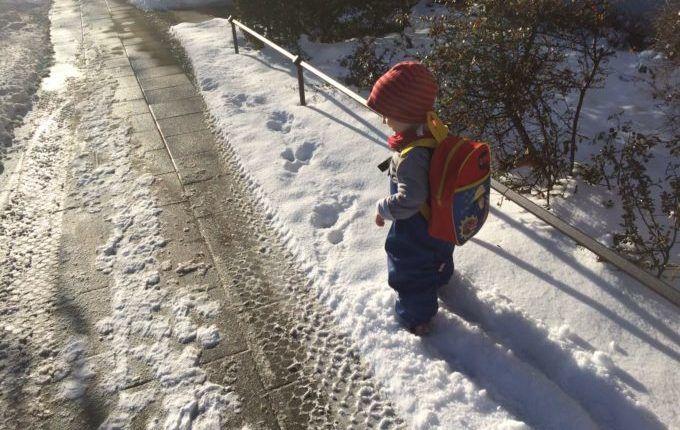 Kind will sich nicht anziehen lassen - Kind im Schnee