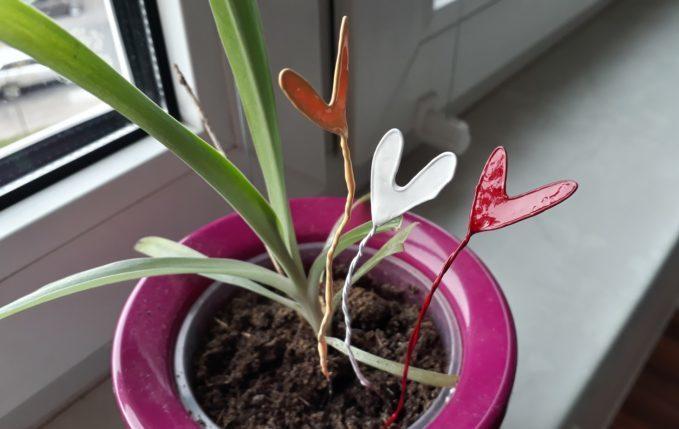 Herz aus Draht und Nagellack - farbige Drahtherzen im Blumentopf