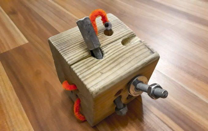 Motorikspielzeug aus Holz selber basteln - Würfel mit Wurm