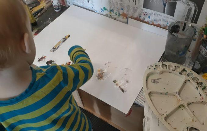 Treffen sich ein Kind und ein Tablet - Kind malt und klebt