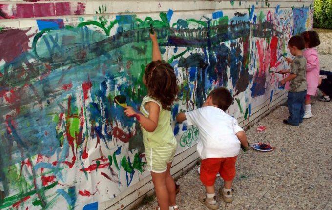 Mein Kind malt gern (an den Wänden) - Kinder malen auf Papier und an die Hauswand