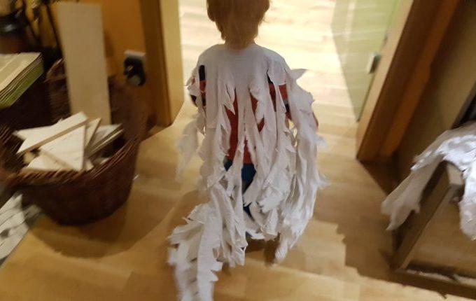 Kind rennt im Geisterkostüm