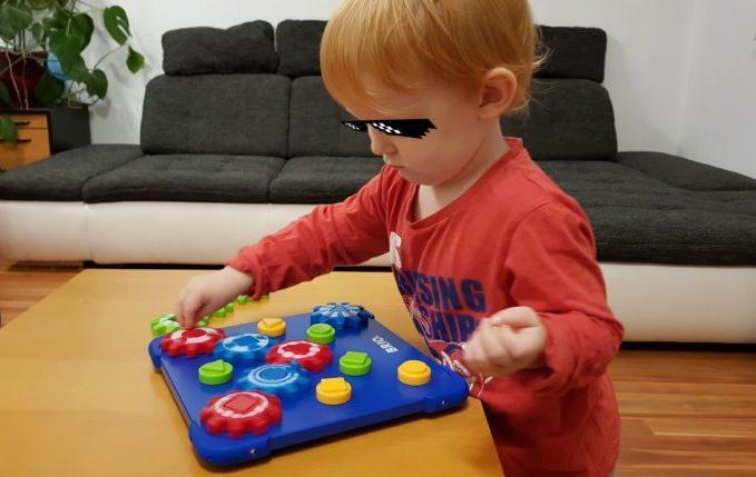 Kind spielt mit Kind BRIO® Zahnradspiel