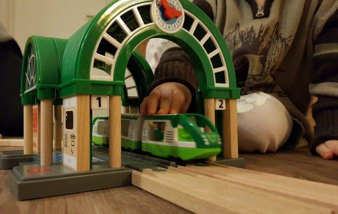 Kind fährt grünen Reisezug vonBRIO® durch den neuen Hauptbahnhof
