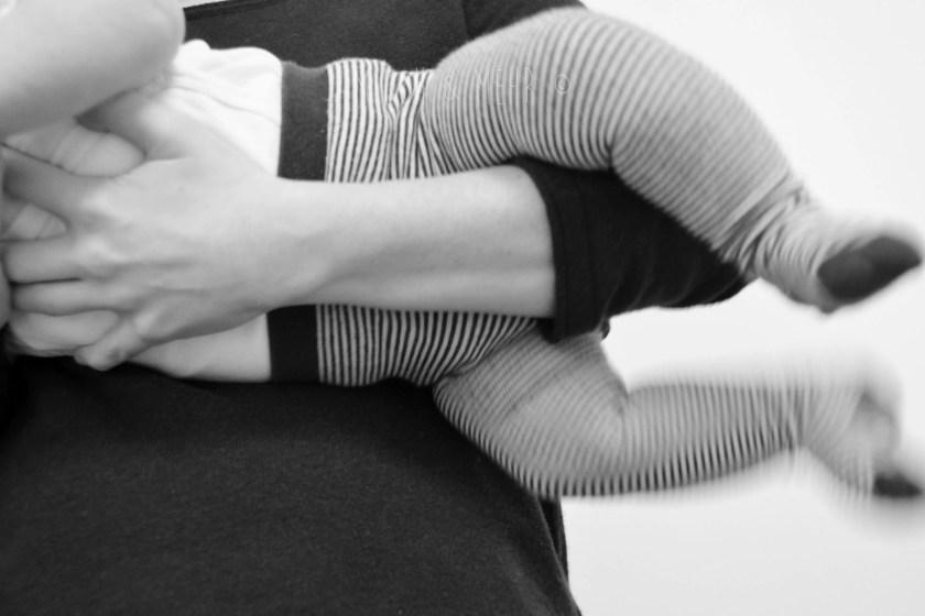 Baby im Fliegergriff gegen Blaehungen