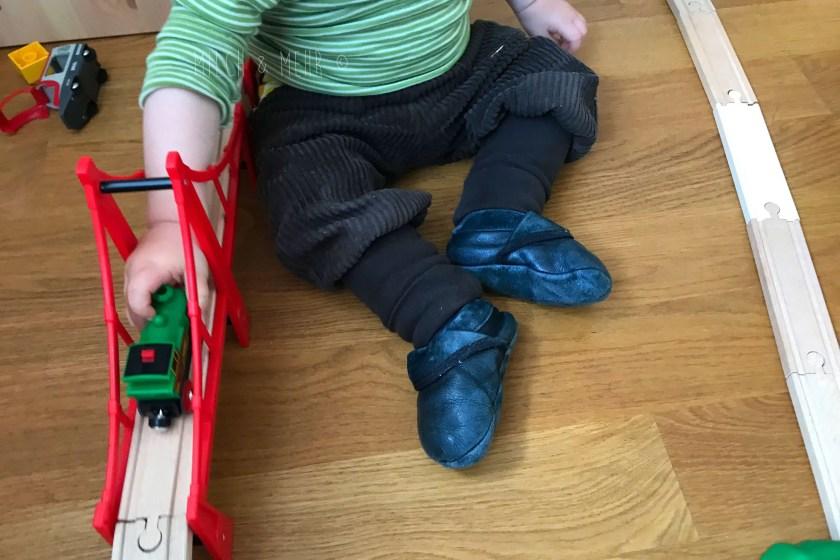 WIB #kw41 Baby spielt mit Brio Bahn