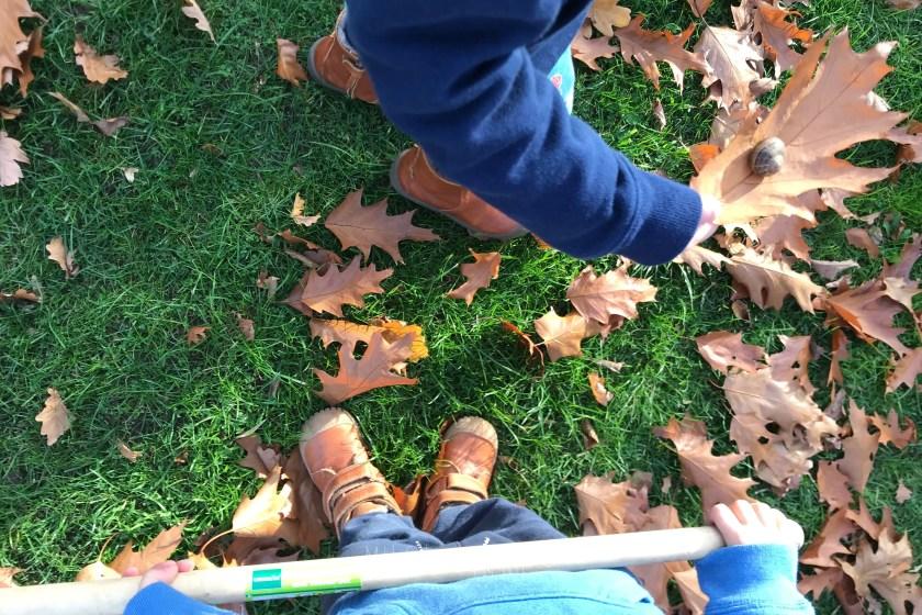 WIB #kw43 Herbstlaub fegen mit kleinen Helfern