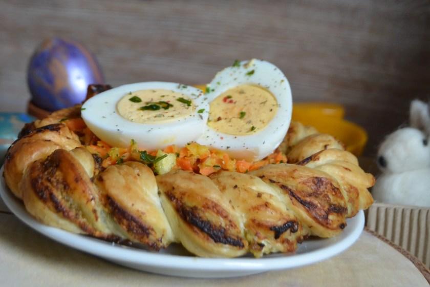 Blaetterteignest mit Ei und Salat zu Ostern
