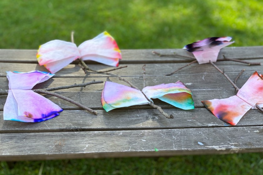 Schmetterlinge aus Kaffeefiltern und Astgabel