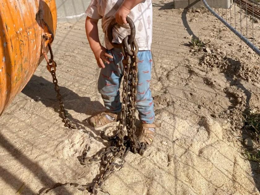 Kind spielt auf Baustelle