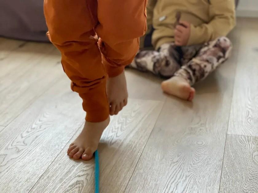 Bewegungsspiel Wohnzimmer Seiltanz