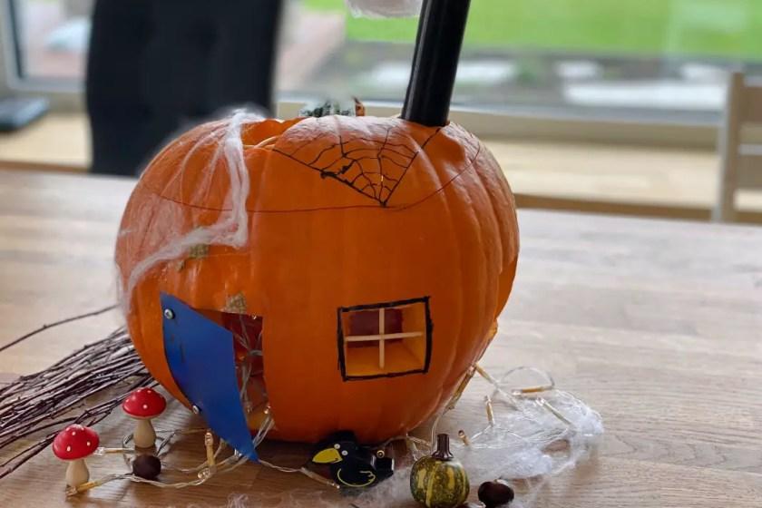 Kuerbisschnitzen Halloween Hexenhaus