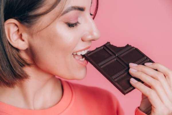 mulher comendo chocolate