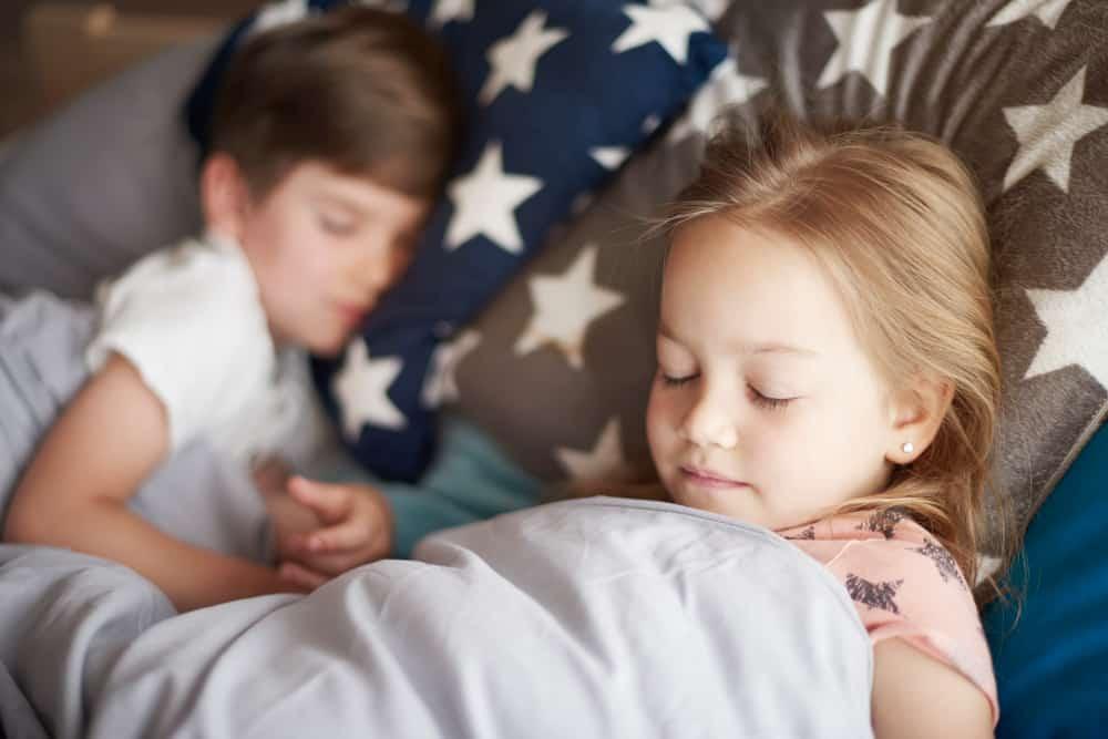 criança na cama dormindo