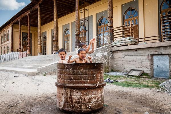 Tadjiquistão http://500px.com/photo/30920785/tajik-children-playing-in-drum-of-water-outside-mosque-by-damon-lynch (Damon Lynch)