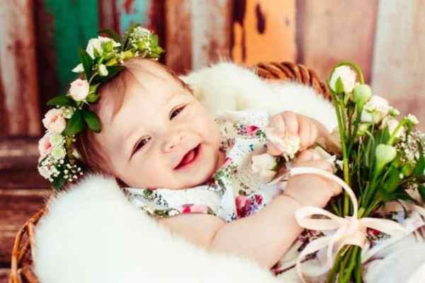 menina com coroa de flores