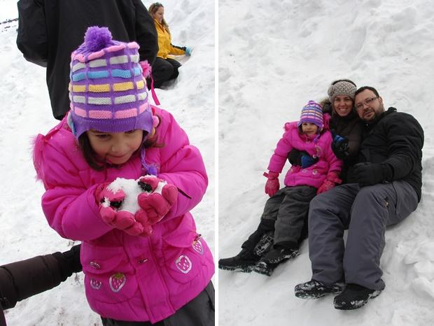 A família inteira brincando na neve