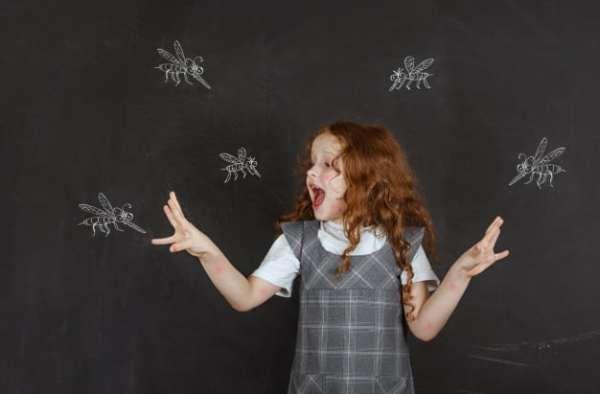 menina espantando mosquitos