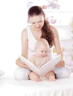 mãe lendo livro para o bebê