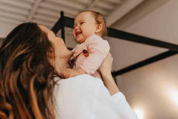 mãe estimulando o desenvolvimento da fala do bebê