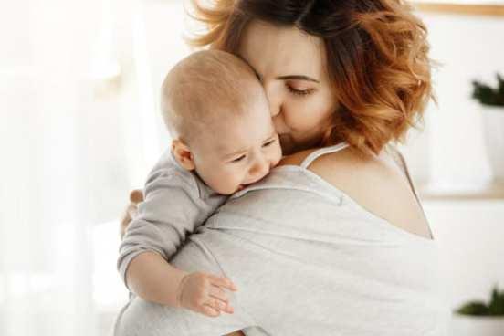 bebê chorando no colo da mãe. Foto: freepik