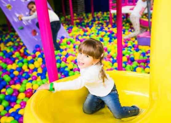 piscina de bolinha na festa festa tema brinquedo