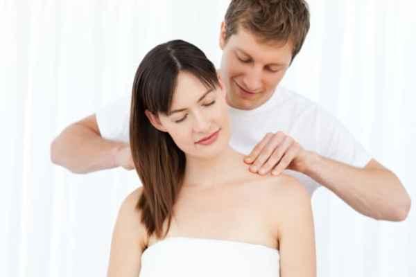 marido fazendo massagem na esposa