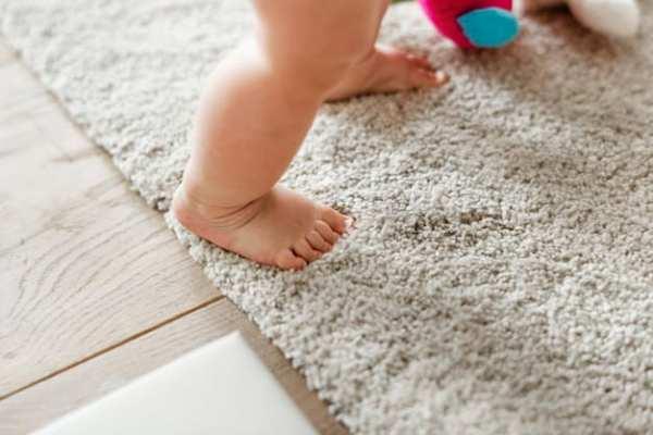 bebê dando passos