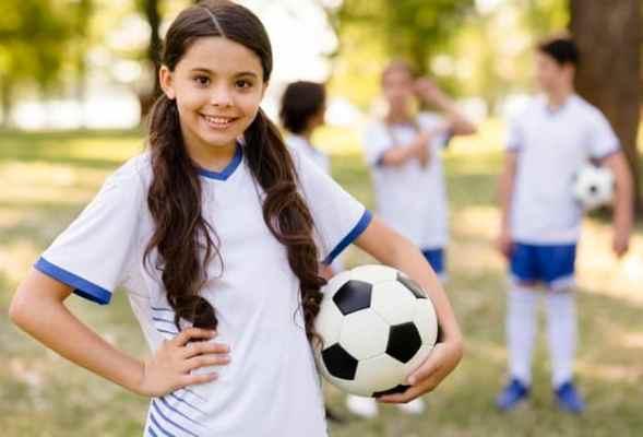 menina jogadora de futebol