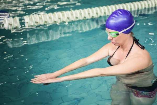 gestante fazendo natação