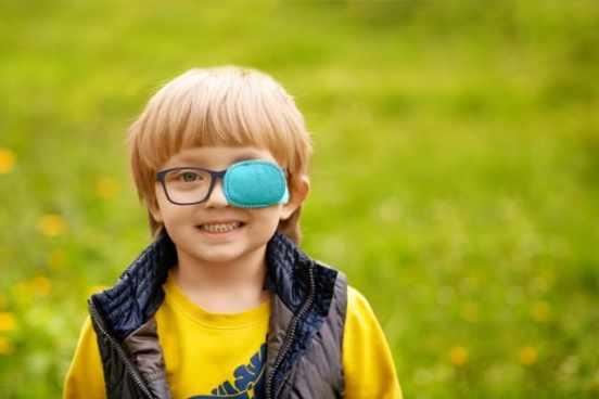 criança usando tampão no olho
