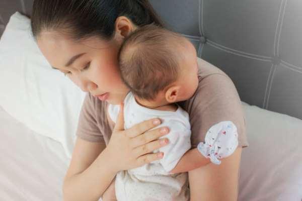 posição para colocar bebê para arrotar no ombro