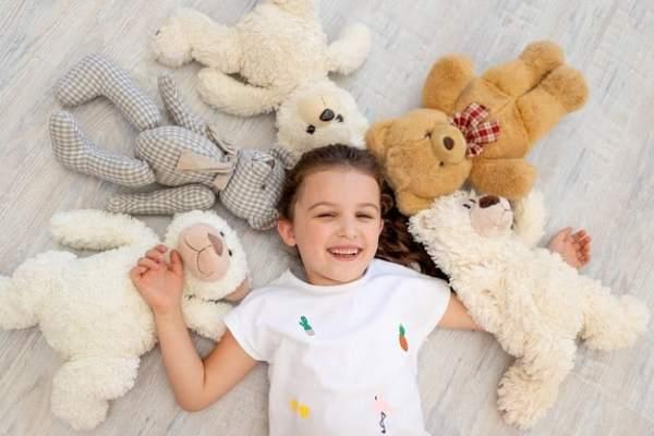 menina com ursos de pelúcia